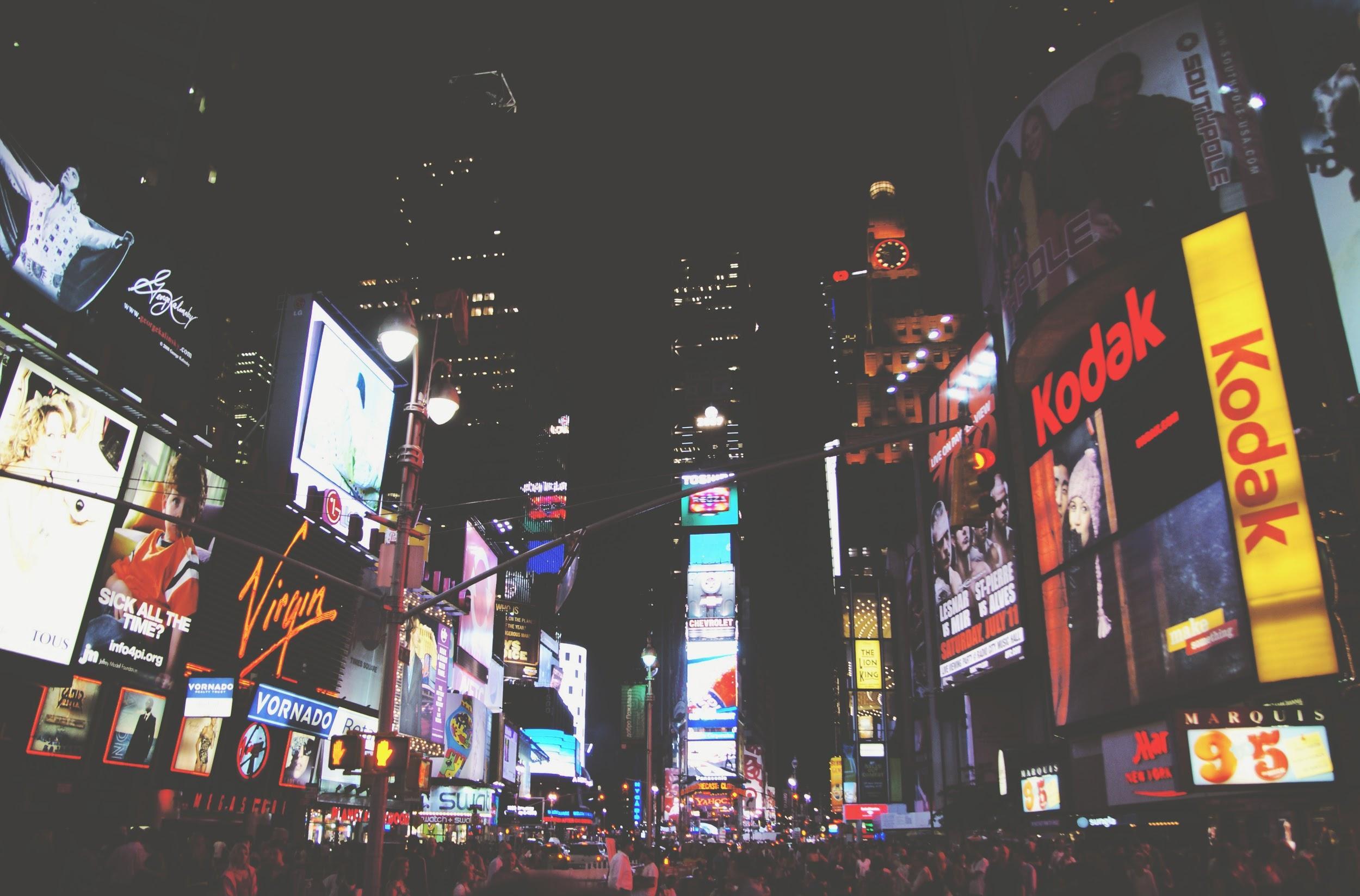Imagem da Time Square com vários tipos de anúncio