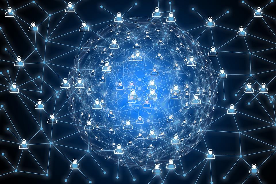 Imagem de diversas pessoas conectadas em alusão à API