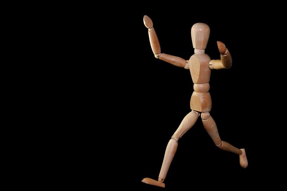 Boneco de madeira representando brand persona