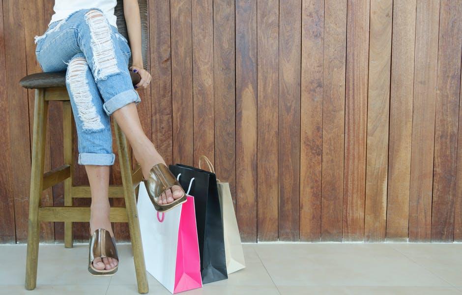 Imagem de mulher com sacola de compras fazendo alusão à buyer persona