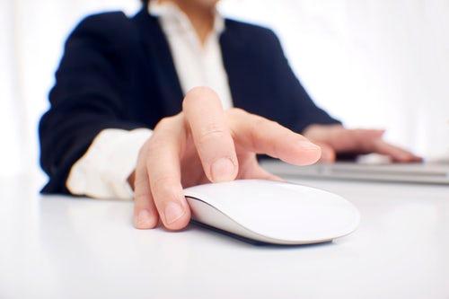 Homem com mouse na mão em alusão ao CPC