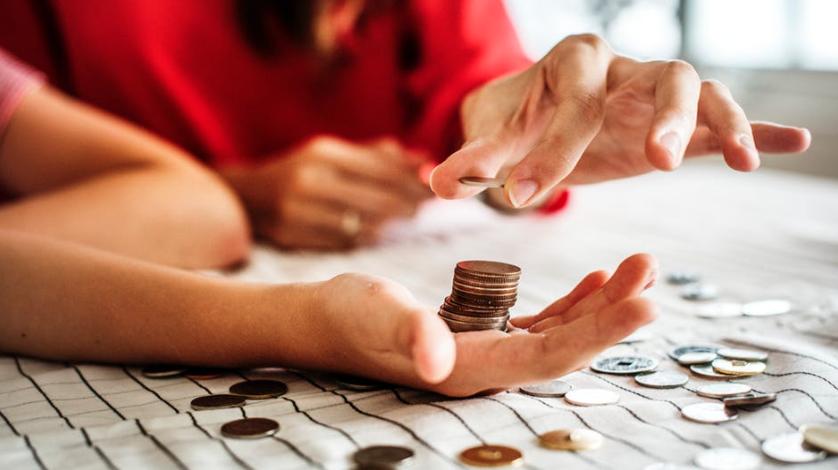 Imagem de pessoas contando moedas em alusão a crowdfunding