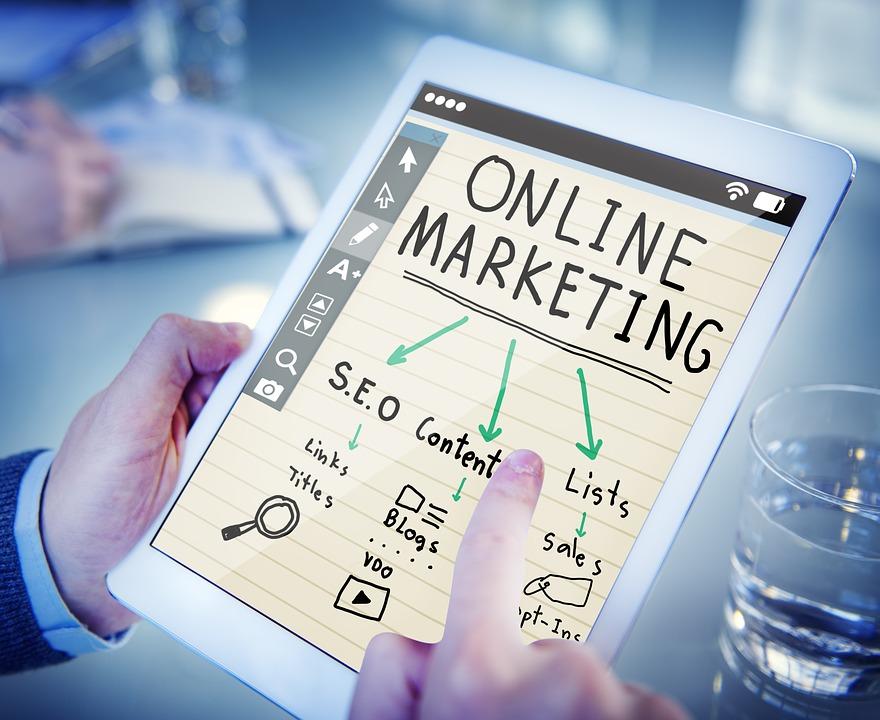 Imagem de tablet com informações sobre marketing digital em alusão ao CTR