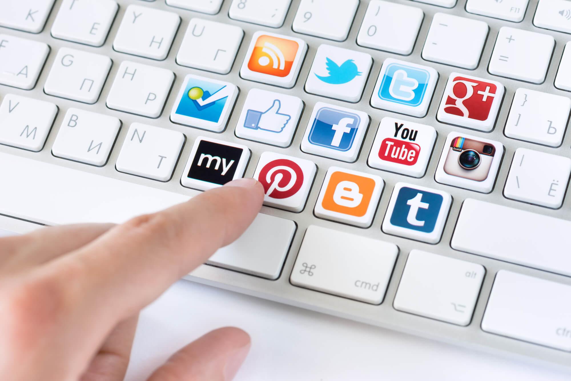 Imagem de teclado com símbolos de redes sociais simbolizando engajamento