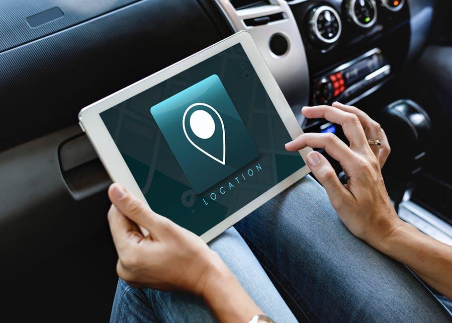 Imagem de pessoa usando GPS com geolocalização