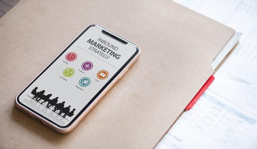 Imagem de um celular com conteúdo sobre inbound marketing