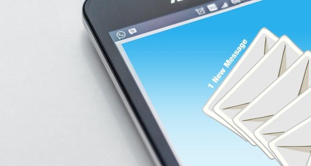 Imagem representativa de celular com inbox