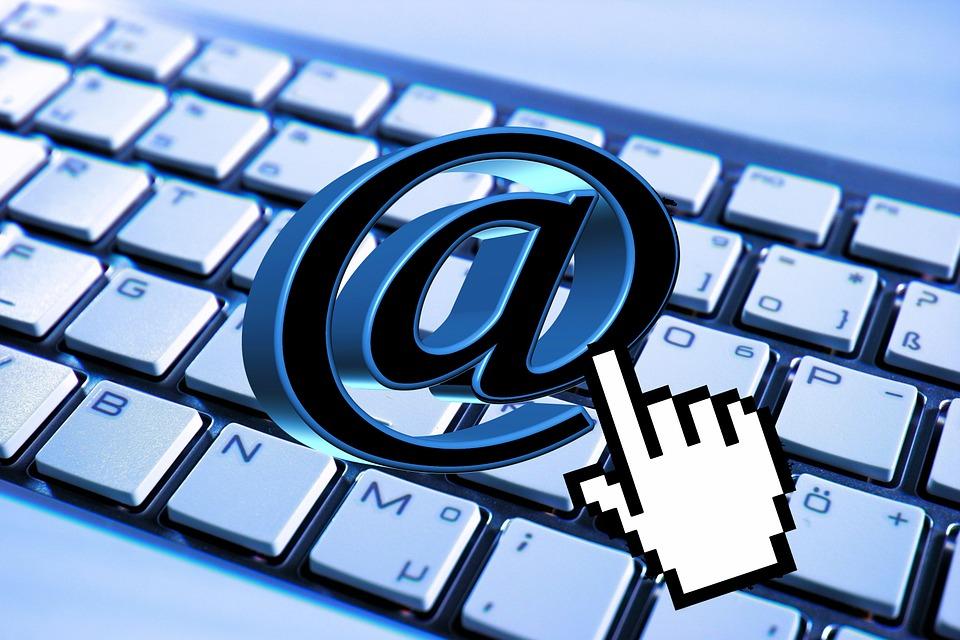 Imagem ilustrativa de menção com teclado e símbolo de arroba