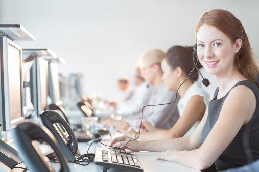 Imagem de mulheres trabalhando em SAC (Serviço de Atendimento ao Consumidor) via telefone