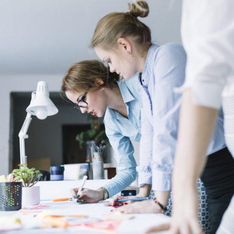 Imagem ilustrativa de prospect com pessoas trabalhando em marketing digital