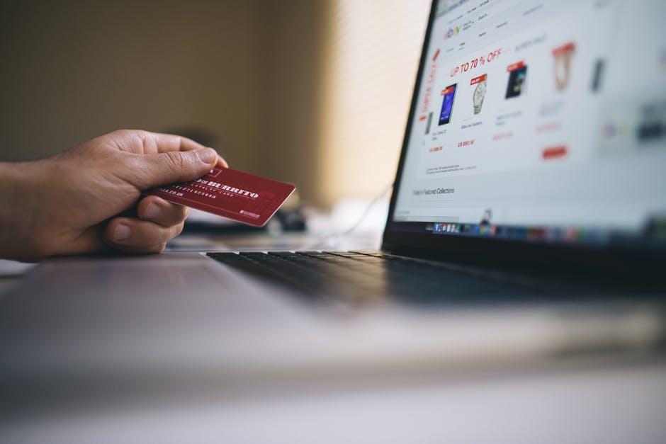 Imagem de usuário fazendo compras em marketplace, vitrine online de produtos