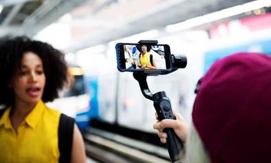 Mulher gravando vídeo para vlog