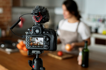 Mulher vlogger gravando um vídeo em sua cozinha