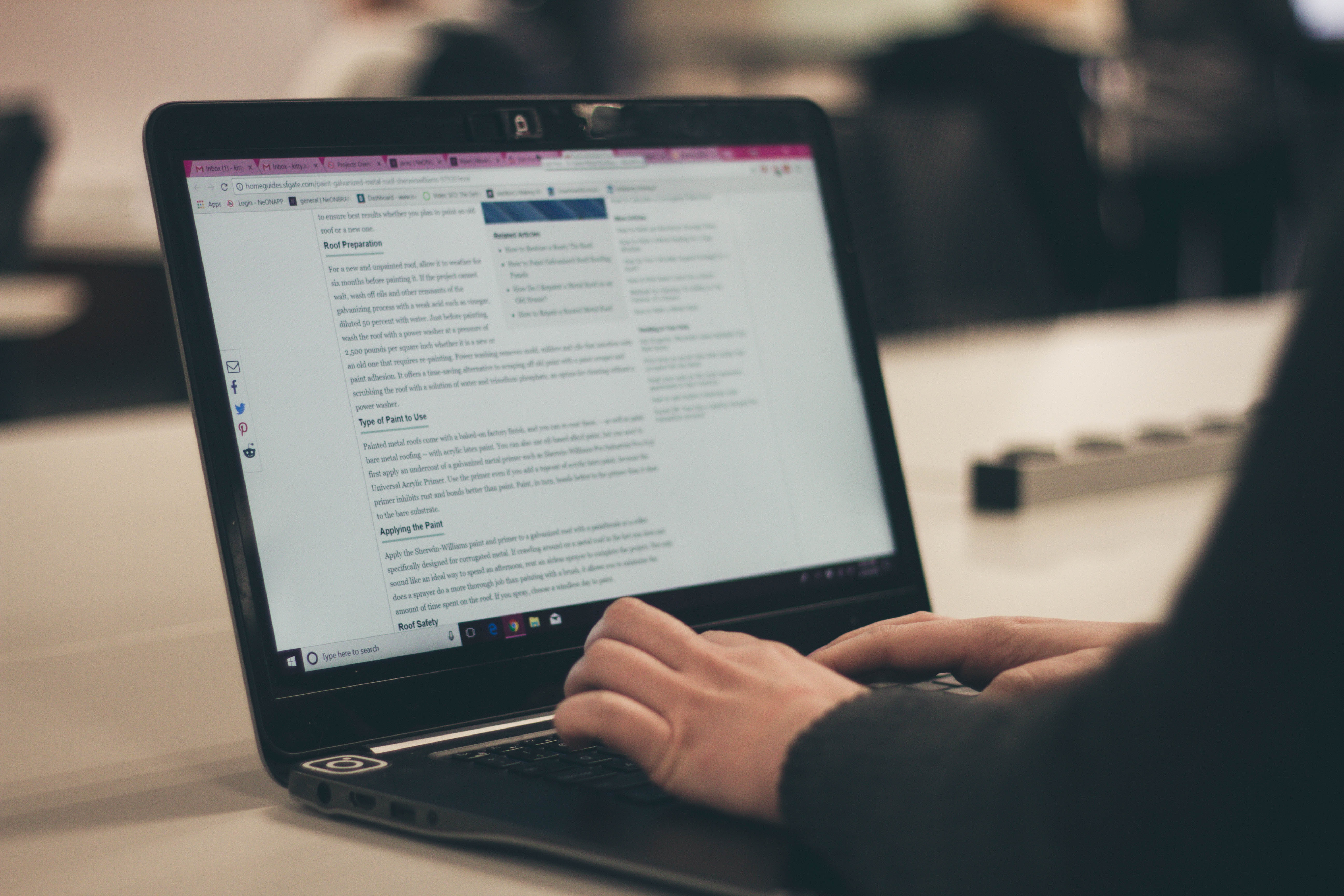 Blogueiro escrevendo em computador