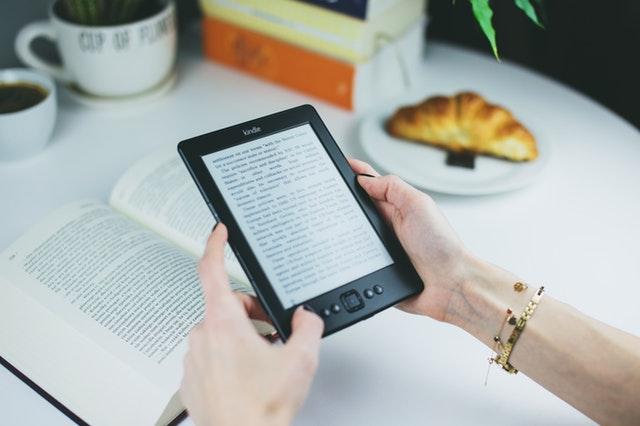 Imagem de eBook na mão de uma mulher